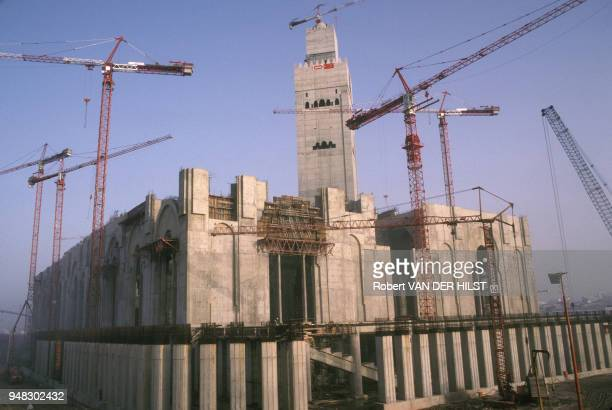 Le Maroc un pays aux mille visagesici la grande mosquée de Hassan II en cours de construction à Casablanca en avril 1989