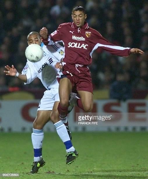Le Marseillais Stéphane Dalmat est à la lutte avec le Messin Gunter Vanhandenhoven le 06 février 2000 au Stade SaintSymphorien à Metz lors de la...
