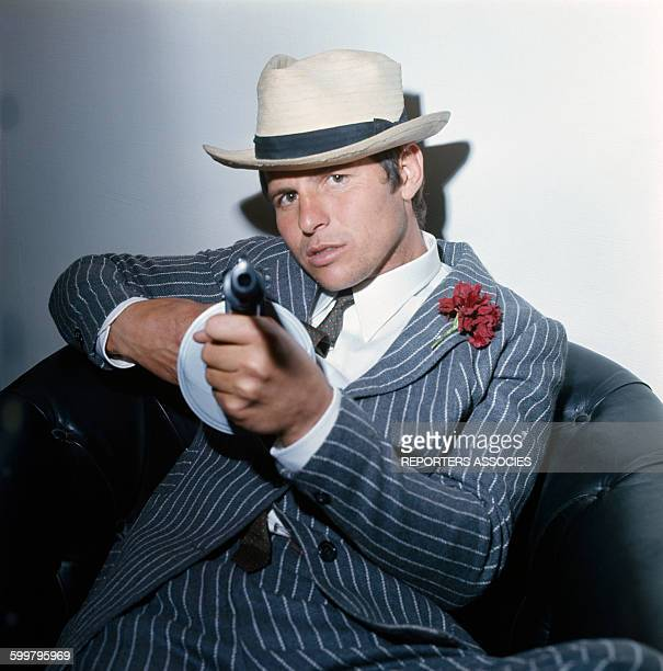 Le matador El Cordobes habillé en Bonnie and Clyde en avril 1968 en Espagne