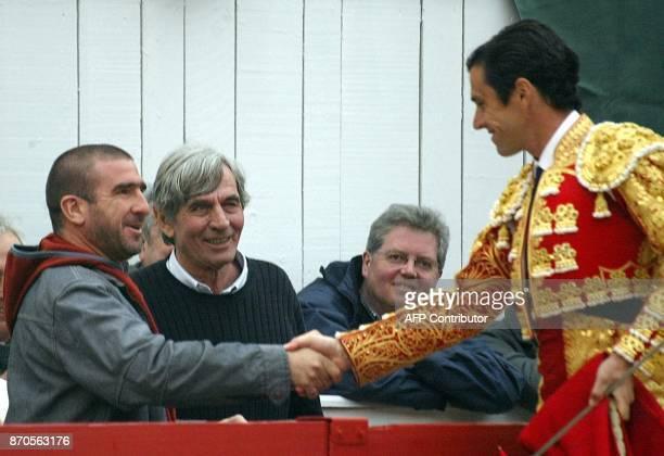 le matador espagnol Joselito salue l'ancien footballeur et comédien Eric Cantona après lui avoir offert sa mentera le 29 mars 2002 dans les arènes...