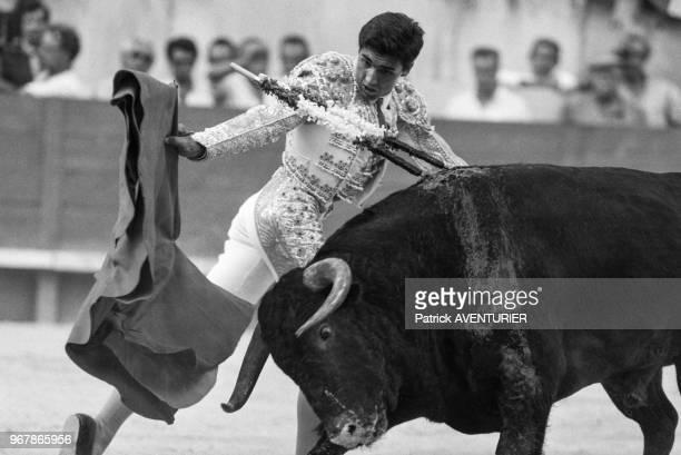 Le matador Rafi Camino face à un taureau lors des férias de Nîmes le 26 septembre 1987 France