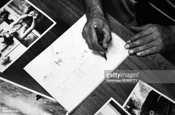 Le mécanicien allemand Rolf Wütherich dessinant un plan de son accident de voiture avec James Dean circa 1970