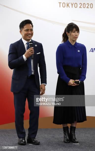 Le médaillé d'or olympique en judo Tadahiro Nomura et la médaillée d'or olympique en lutte féminine Saori Yoshida désignée pour porter la flamme aux...