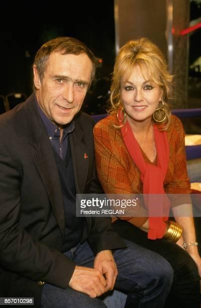 Le metteur en scene Marc Simenon et son epouse Mylene Demongeot sur un plateau de television le 6 novmbre 1991 a Paris France