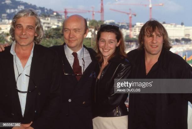 Le metteur en scène JeanPaul Rappeneau 2e à gauche entouré des acteurs de 'Cyrano de Bergerac' Jacques Weber Anne Brochet et Gérard Depardieu au...