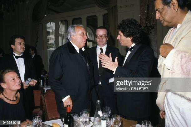 Le metteur en scène Joseph Losey et le ministre de la Culture Jack Lang avec à droite le réalisateur indien Satyajit Ray circa 1980 en France