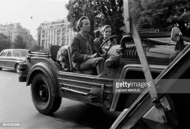Le metteur en scène Just Jaeckin et l'actrice Dalila Di Lazzaro avec leur chien dans une voiture décapotable à Paris en septembre 1975 France