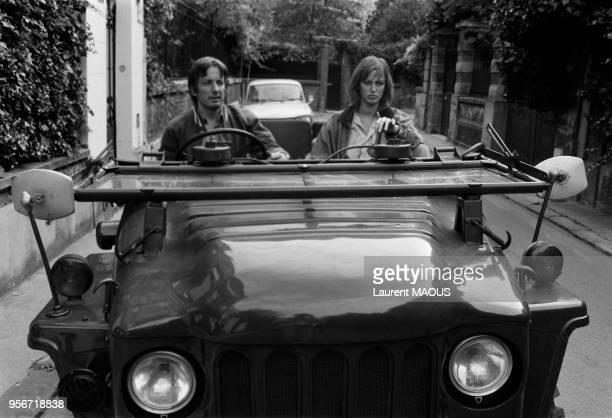 Le metteur en scène Just Jaeckin et l'actrice Dalila Di Lazzaro dans une voiture décapotable à Paris en septembre 1975 France