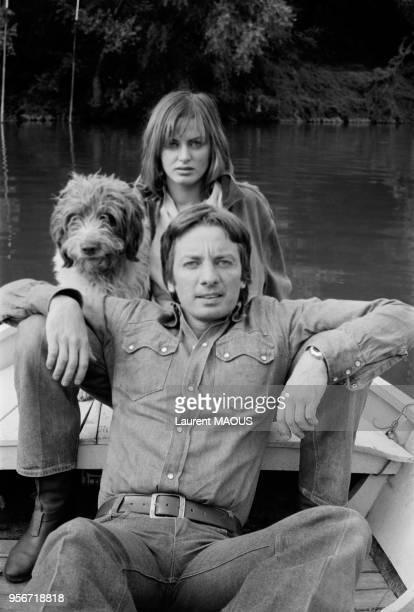 Le metteur en scène Just Jaeckin et l'actrice Dalila Di Lazzaro font de la barque avec leur chien à Paris en septembre 1975 France