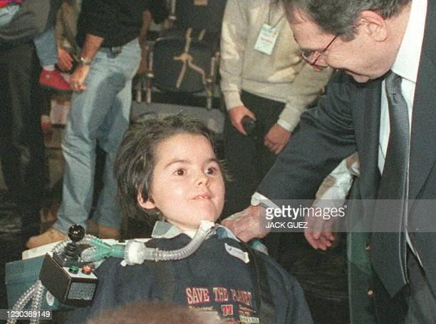 Le metteur en scène Robert Hossein , parrain du Téléthon 97, s'adresse à une fillette atteinte de myopathie, dans la nuit du 06 au 07 décembre à...