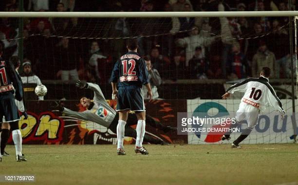 le milieu de terrain algérien de Guingamp Abdelhafid Tasfaout tire un pénalty face au gardien de but parisien Lionel Letizi et égalise le 08 janvier...