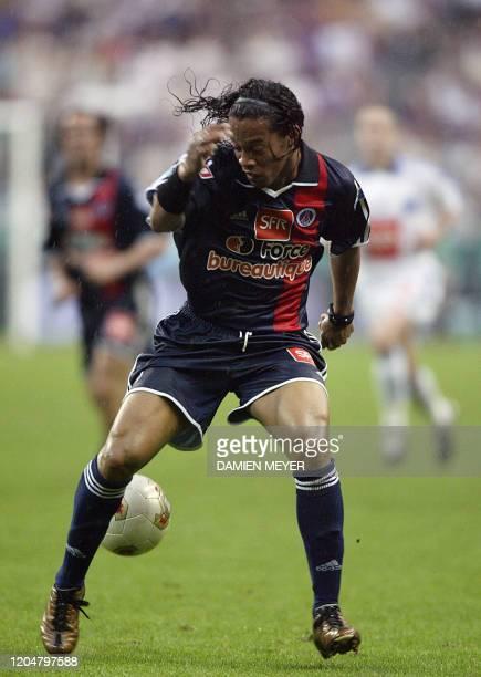 Le milieu de terrain brésilien du PSG Ronaldinho contrôle le ballon, le 31 mai 2003 au Stade de France à Saint-Denis, lors du match PSG-Auxerre...