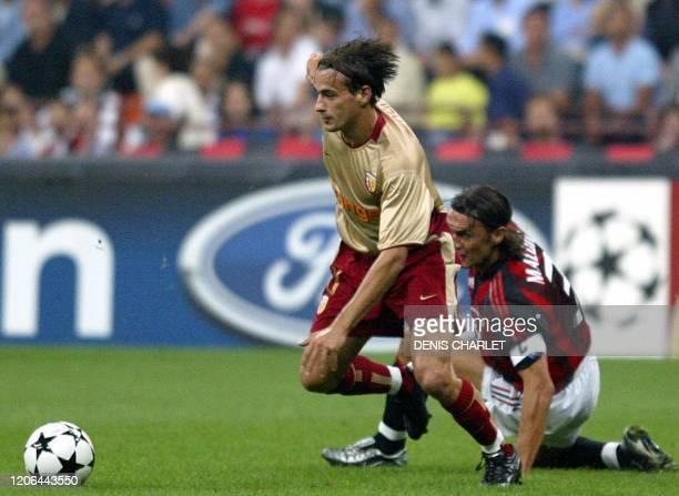 Le milieu de terrain de Lens Daniel Moreira échappe au capitaine du Milan AC Paolo Maldini , le 18 septembre 2002 à Milan, lors de la rencontre...