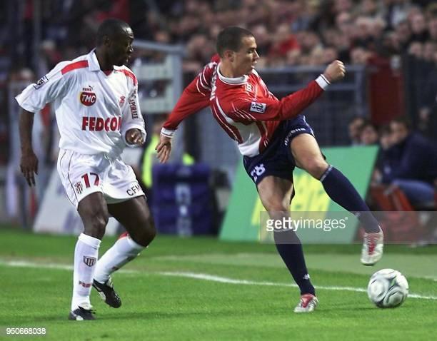 le milieu de terrain de Lille Bruno Cheyrou s'apprête à tirer sous le regard du défenseur ivoirien de Monaco Cyril Domoraud le 13 avril 2002 au stade...