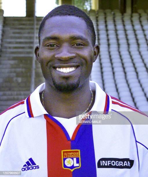 Le milieu de terrain d'origine camerounaise, transféré du club anglais de West Ham, Marc-Vivien Foé, pose pour les photographes, le 01 août 2000 au...