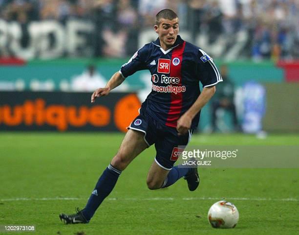 Le milieu de terrain du PSG Jérome Leroy contrôle le ballon, le 31 mai 2003 au Stade de France à Saint-Denis, lors du match PSG-Auxerre comptant pour...