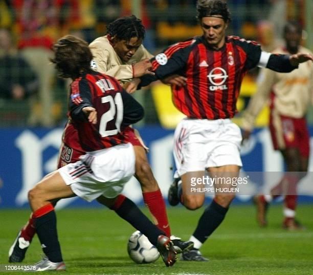 Le milieu de terrain du RC Lens Charles-Edouard Coridon est à la lutte avec le défenseur italien du Milan AC Paolo Maldini et le milieu de terrain...
