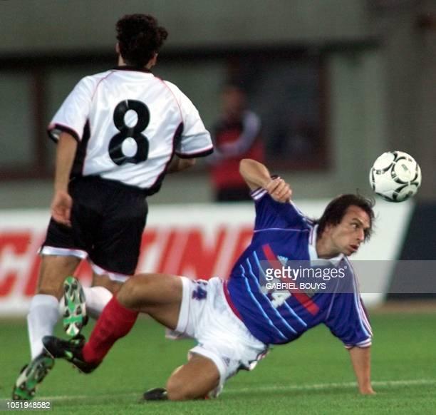 le milieu de terrain français Alain Boghossian devance l'Autrichien Dietmar Kuhbauer le 19 août à Vienne lors de la rencontre amicale AutricheFrance...