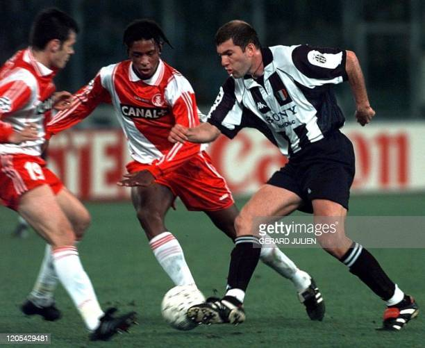 Le milieu de terrain français de la Juventus de Turin Zinedine Zidane est aux prises avec les défenseurs monégasques Philippe Christanval et Willy...