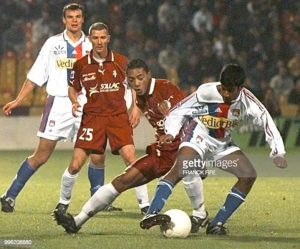 le milieu de terrain lyonnais Vikash Dhorasoo est à la lutte avec le Messin Gunter Vandenhoven le 07 novembre au stade SaintSymphorien à Metz lors de...