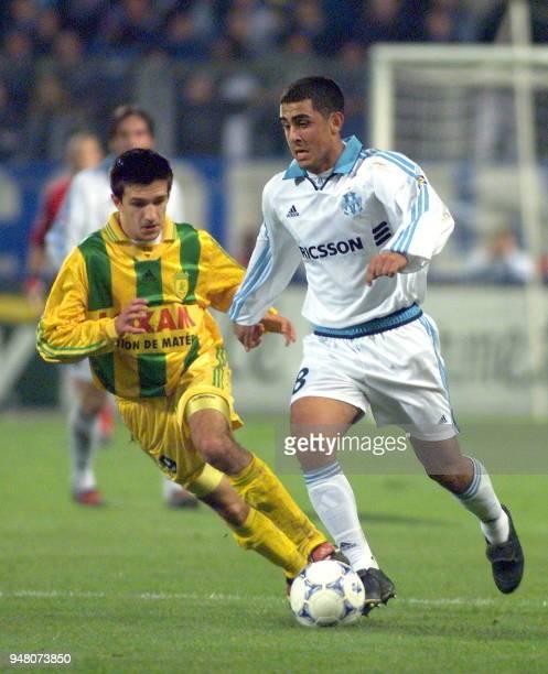 Le milieu de terrain marseillais Daniel Gaston Montenegro déborde le milieu de terrain nantais Eric Carrière le 10 novembre 1999 au stade Vélodrome à...