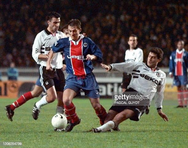 Le milieu de terrain parisien Franck Gava déborde les défenseurs turcs Rahim Zafer et Zlatko Yankov, le 10 décembre au Parc des Princes à Paris, lors...