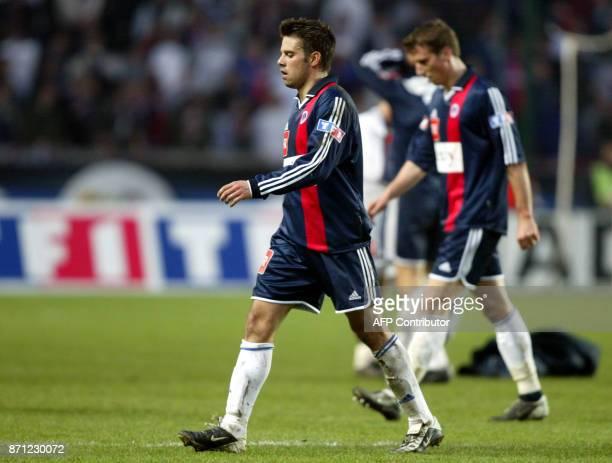 le milieu de terrain parisien Frédéric Dehu précédé de son coéquipiern l'attaquant Frédéric Fiorese quitent le terrain le 09 mars 2002 au Parc des...