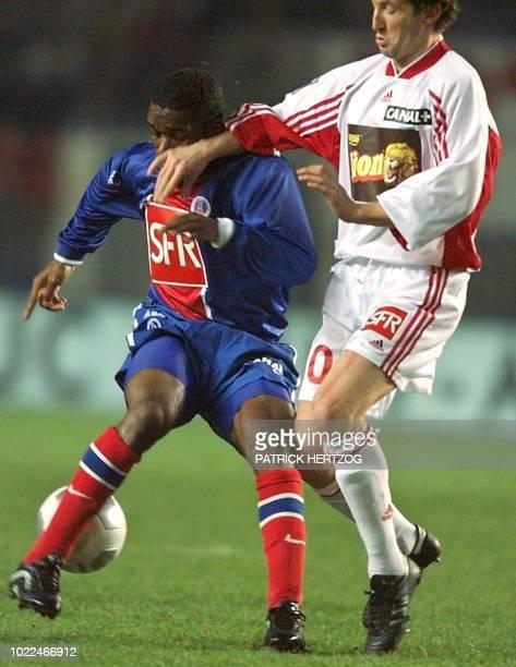 le milieu de terrain parisien JayJay Okocha est aux prises avec le milieu de terrain nancéien Fabien Lefèvre le 20 février 2000 au Parc des Princes à...