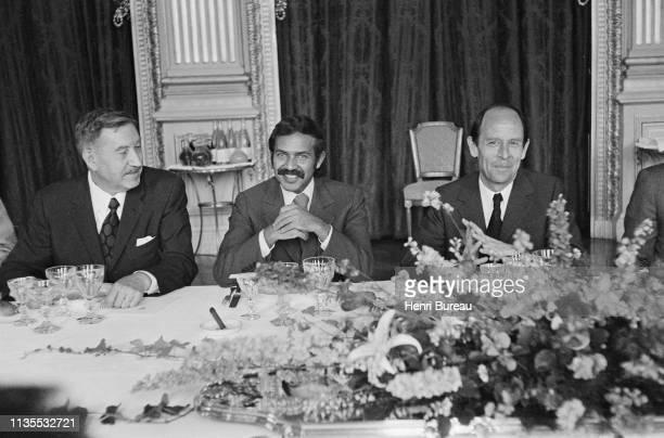 Le ministre algérien des affaires étrangères Abdelaziz Bouteflika reçu officiellement à Paris Ici entouré du ministre Michel Jobert à sa gauche et le...