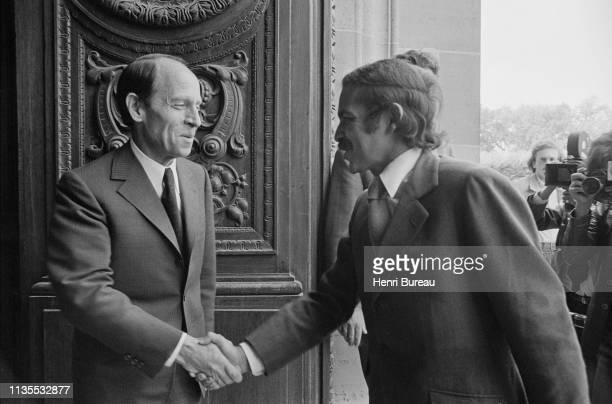 Le ministre algérien des affaires étrangères Abdelaziz Bouteflika reçu officiellement à Paris Ici avec le ministre français des affaires étrangères...