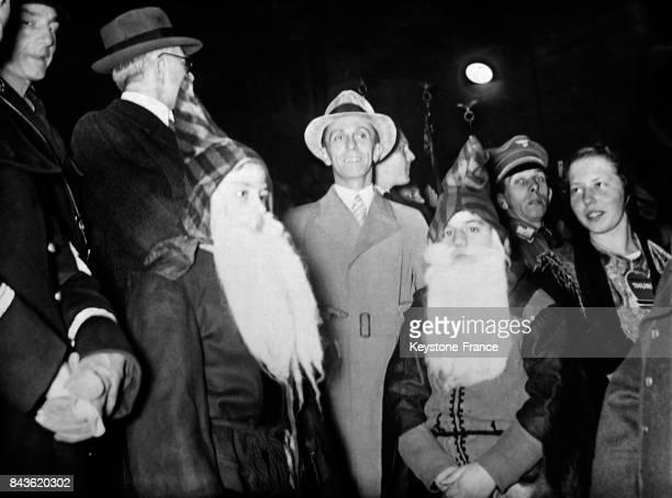 Le ministre allemand de l'Economie Hjalmar Schacht et le ministre de la Propagande Goebbels entourés de Père Noël sur le marché de Noël à Berlin...