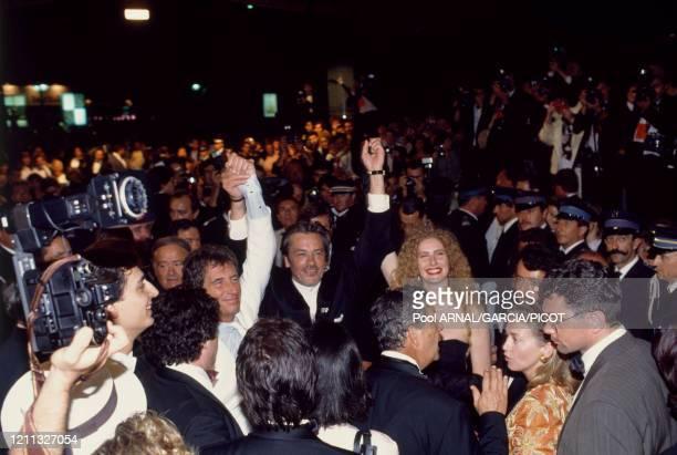 Le ministre de la culture et de la communication Jack Lang, Alain Delon et Domiziana Giordano au Festival international du film à Cannes en France,...