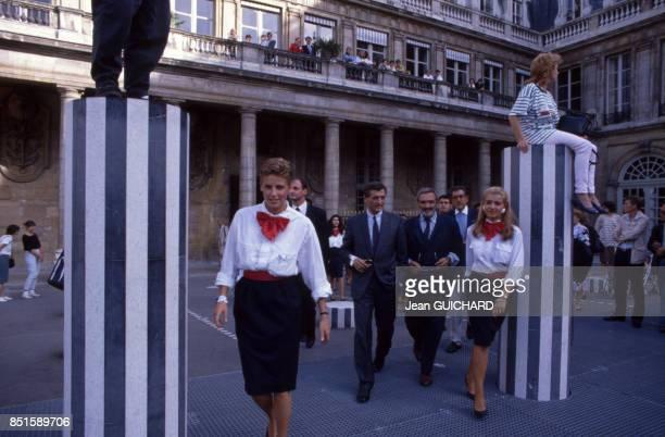 Le ministre de la Culture François Léotard assiste à un présentation de mode au milieu des colonnes de Buren le 12 septembre 1987 à Paris France