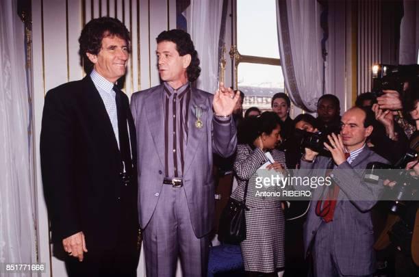 Le ministre de la Culture Jack Lang décore le musicien et chanteur Lou Reed le I8 février 1992 à Paris France