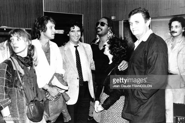 Le ministre de la Culture Jack Lang et son épouse Monique entourent Stevie Wonder après son concert au Palais des Sports avec également Yves Rénier...