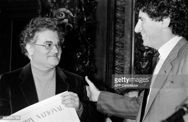 Le ministre de la culture Jack Lang remet le Grand Prix National de Musique à Pierre Henry le 09 décembre 1985 à Paris / AFP PHOTO / DERRICK CEYRAC
