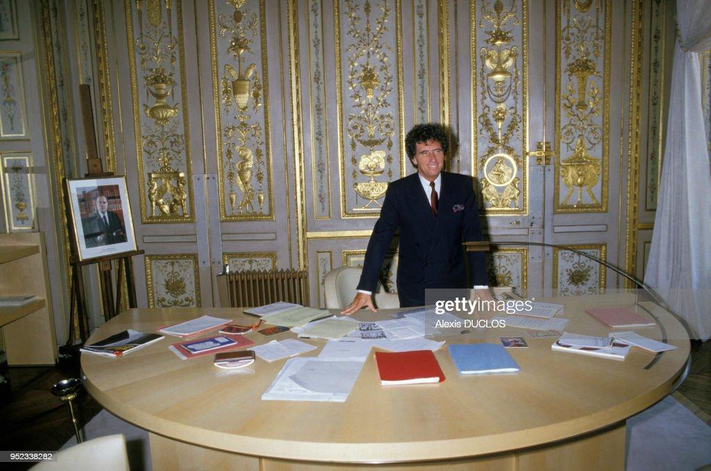 Le ministre de la culture jack lang à son bureau le 1er octobre 1985