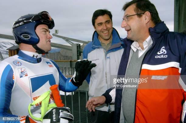 Le ministre de la Jeunesse et des Sports JeanFrançois Lamour discute avec Davis Poisson descendeur de l'équipe de France de ski et le maire de Tignes...