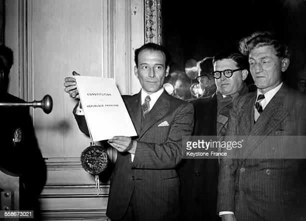 Le ministre de la justice et garde des sceaux PierreHenri Teitgen montre le sceau qu'il vient d'apposer à la constitution de la 4ème république à...