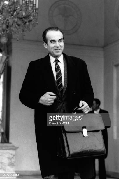 Le Ministre de la Justice Robert Badinter à la sortie du Conseil des Ministres du 21 novembre 1984 Paris France