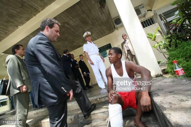 Le ministre de la Santé Xavier Bertrand s'entretient avec une personne blessée, le 30 janvier 2006 à Saint-Benoît de La Réunion. Une opération de...