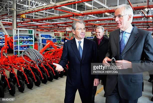 Le ministre de l'Agriculture Michel Barnier visite l'usine de machines agricoles Kuhn à Saverne, le 22 Janvier 2009, en compagnie du Président de la...