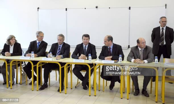 Le ministre de l'éducation Xavier Darcos se tient au côté de JeanMarie Bretillon maire de Charenton Le Pont Bernard Tomasini préfet du ValdeMarne...