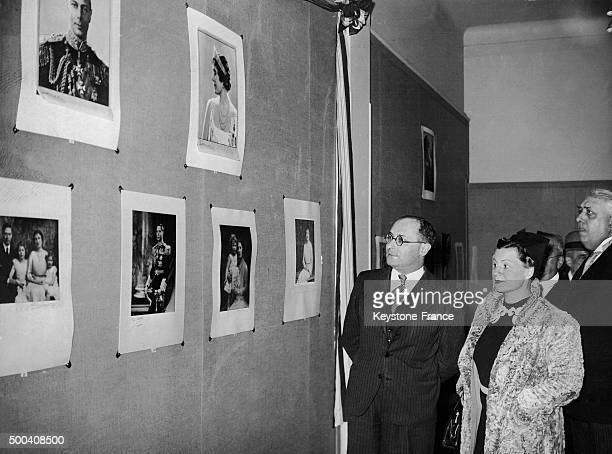 Le ministre de l'Education nationale Jean Zay et son epouse Madeleine visitent l'exposition anglaise d'art photographique organisee au Grand atelier...