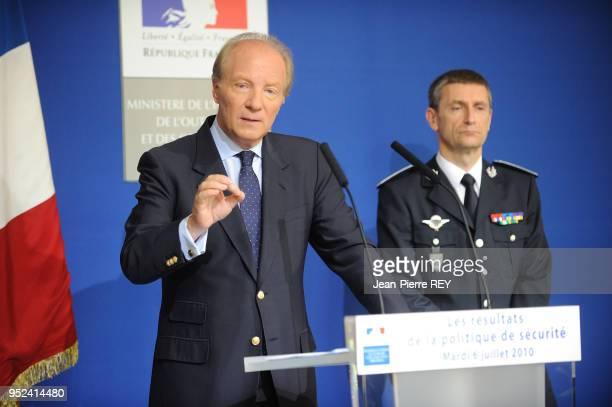 Le ministre de l'intérieur avec Frédéric Péchenard présente ses résultats de la lutte contre la délinquance et présente aux journalistes des prises...