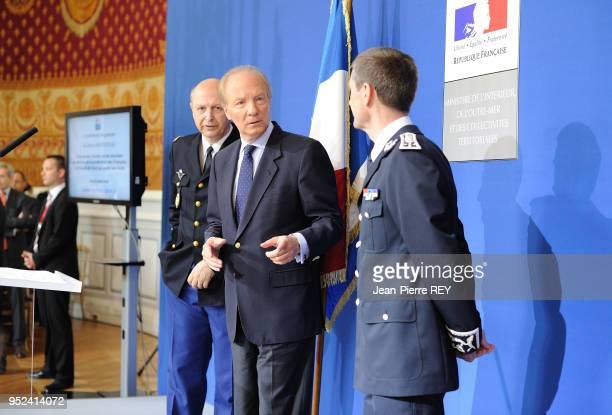 Le ministre de l'intérieur Brice Hortefeux présente ses résultats de la lutte contre la délinquance et présente aux journalistes des prises d'armes...