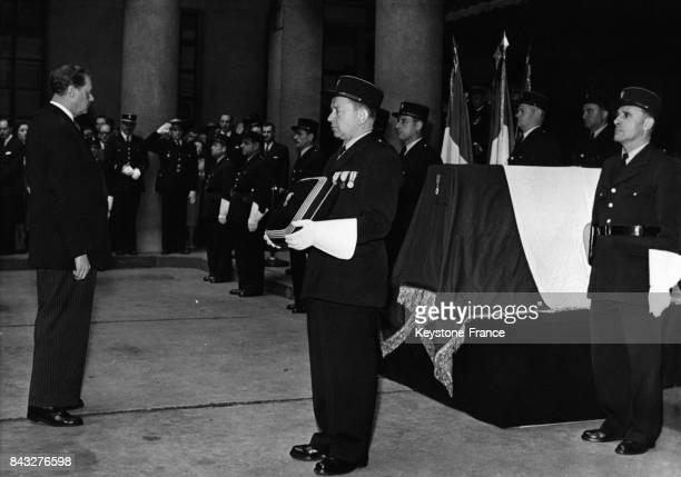 Le Ministre de l'Intérieur Pelletier s'incline devant le cercueil du commissaire Pelletier assassiné par le FLN le 25 septembre 1958 à Paris France