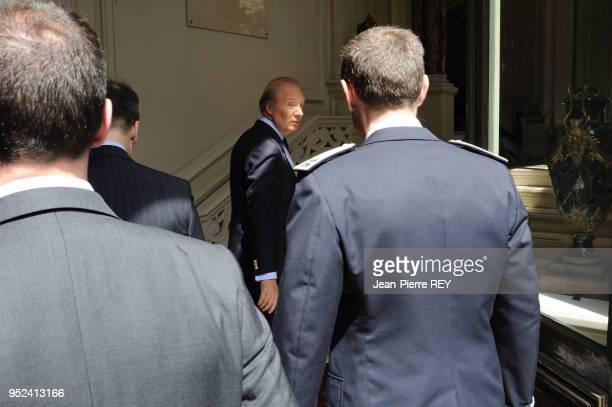 Le ministre de l'intérieur présente ses résultats de la lutte contre la délinquance et présente aux journalistes des prises d'armes et des saisies de...