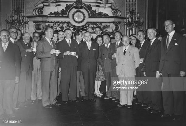 Le Ministre des Afaires étrangères Georges Bidault entouré de quarante parlementaires anglais en visite au Quai d'Orsay en 1947 à Paris en France