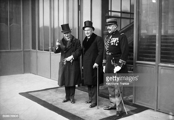 Le Ministre des affaires etrangeres de Tchecoslovaquie Edvard Benes a gauche accompagne d'un membre de sa delegation et d'un colonel francais sur le...